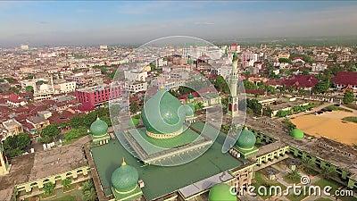 Vista aérea da grande mesquita de An-Nur na cidade de Pekanbaru, Sumatra, Indonésia video estoque