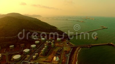Vista aérea da indústria petroquímica pesada na costa vídeos de arquivo