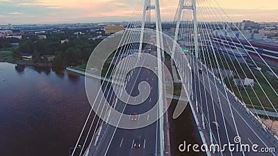 Vista aérea da ponte cabo-ficada através do rio de Neva vídeos de arquivo