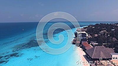 Vista aérea da praia de Nungwi e dos hotéis, Zanzibar, Tanzânia 1 video estoque