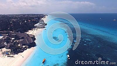 Vista aérea da praia de Nungwi e dos hotéis, Zanzibar, Tanzânia video estoque