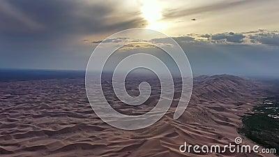 Vista aérea das dunas do deserto de Gobi no pôr do sol vídeos de arquivo