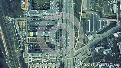 Vista aérea de cima para baixo de um movimentado tráfego urbano e de uma zona residencial moderna filme