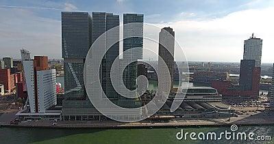 Vista aérea de construções altas do hotel, área do Erasmus, cidade de Rotterdam, Países Baixos video estoque