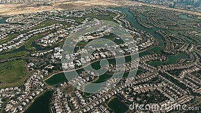 Vista aérea de Emirates Hills, una comunidad de lujo ubicada en Dubai, Emiratos Árabes Unidos almacen de video