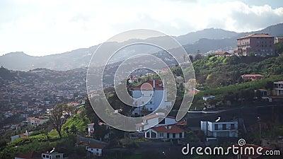Vista aérea de Funchal, capital de la isla de Madeira Hermosa ciudad situada en las montañas metrajes