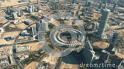 Vista aérea de Jumeirah Village Circle, una comunidad en Dubai, Emiratos Árabes Unidos almacen de metraje de vídeo