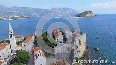 Vista aérea de la isla vieja de la playa y de San Nicolás de la ciudad de Budva, Montenegro 2 metrajes
