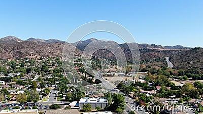 Vista aérea de la pequeña ciudad de Poway, en los suburbios del condado de San Diego almacen de metraje de vídeo