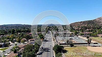 Vista aérea de la pequeña ciudad de Poway, en los suburbios del condado de San Diego almacen de video