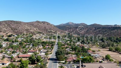 Vista aérea de la pequeña ciudad de Poway, en los suburbios del condado de San Diego metrajes