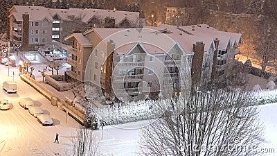 Vista aérea de um edifício de baixo crescimento na neve gelada nevasca noite de inverno vídeos de arquivo