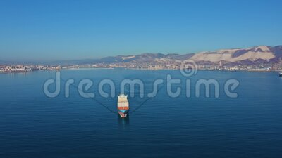 Vista aérea de un buque contenedor que flote con carga desde un puerto marítimo comercial almacen de metraje de vídeo