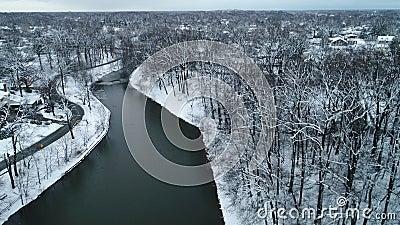 Vista aérea de un lago con nieve en un frío día de invierno almacen de video