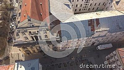 Vista aérea del centro histórico y turístico de la ciudad de Lviv metrajes
