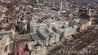 Vista aérea del centro histórico y turístico de la ciudad de Lviv almacen de video
