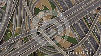 Vista aérea del empalme del tráfico con los coches en Dubai, UAE almacen de metraje de vídeo