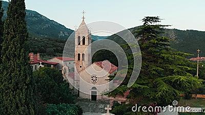 Vista aérea del monasterio antiguo en Montenegro metrajes