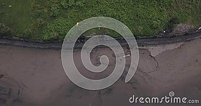 Vista aérea del muro del templo en la playa de Batu Bolong almacen de metraje de vídeo