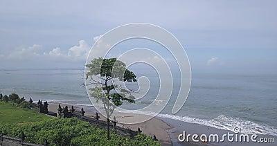 Vista aérea del muro del templo en la playa de Batu Bolong metrajes