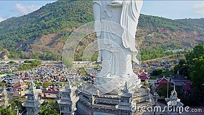 Vista aérea del pedestal de la estatua de Buda y de cuatro torres almacen de video