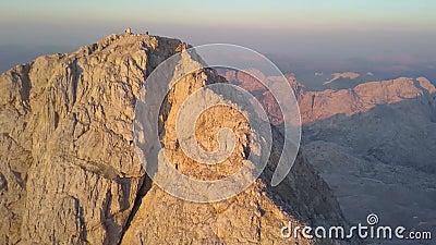 Vista aérea del pico en la salida del sol, Julian Alps, Eslovenia de Triglav almacen de metraje de vídeo