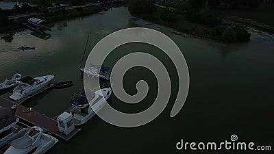 Vista aérea del río Yates de lujo amarrados en la bahía Atardecer o amanecer, los rayos del sol iluminan los botes de forma hermo metrajes