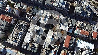 Vista aérea do ambiente urbano com edifícios e estradas com automóveis, Salónica Grécia, subindo e avançando por drone filme