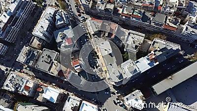 Vista aérea do ambiente urbano com edifícios e estradas com automóveis, Salónica Grécia, subindo e avançando por drone vídeos de arquivo