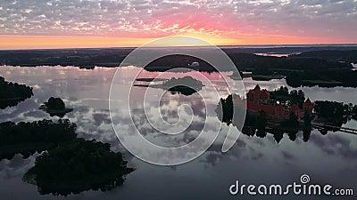 Vista aérea do Castelo da Ilha de Trakai em frente a um nascer do sol filme