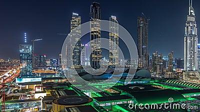 Vista aérea do centro financeiro — período noturno da estrada com edifícios em construção video estoque