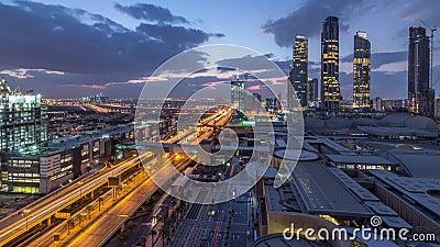 Vista aérea do centro financeiro rodoviário noturno-dia com construção em construção filme