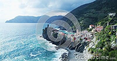 Vista aérea do destino Vernazza do marco do curso, cidade pequena do mar Mediterrâneo, parque nacional do terre de Cinque, Liguri video estoque