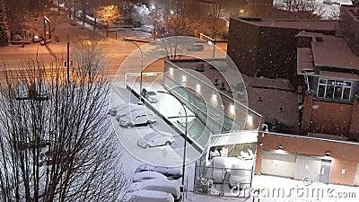 Vista aérea do fluxo de tráfego e do parque de estacionamento na nevasca fria nevando noite de inverno video estoque