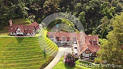 Vista aérea do hotel & do restaurante do fumeiro em Cameron Highland Pahang Malaysia vídeos de arquivo
