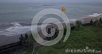 Vista aérea do muro do templo na praia de Batu Bolong filme