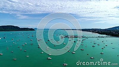 Vista aérea Drone Pegada 4K de hiperlapso Yacht e veleiro no cais Chong bay Phuket thaile Timdevia transporte bac video estoque