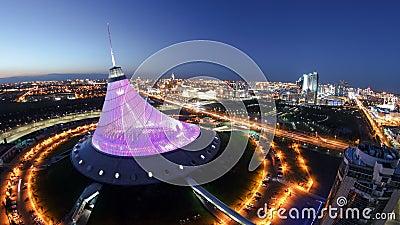 Vista aérea elevado sobre o centro da cidade com Khan Shatyr e dia central do distrito financeiro à noite Timelapse video estoque