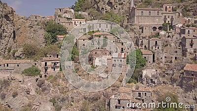 vista aérea 4k de Pentedattilo, de la iglesia y de las ruinas abandonadas, colonia griega, Italia metrajes