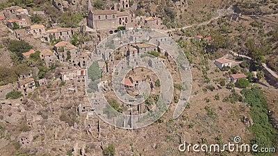 vista aérea 4k de Pentedattilo, de la iglesia y de las ruinas abandonadas, colonia griega, Italia almacen de metraje de vídeo