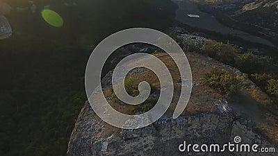 Vista aérea na paisagem da montanha com fundo do por do sol, em algum lugar no Estados Unidos tiro filme
