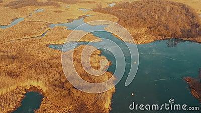 Vista aérea paisagem fluvial no final do outono água parcialmente coberta de gelo modo de exibição de drone Vista ocular do pássa video estoque