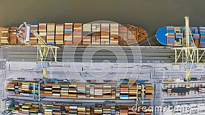 Vista aérea a partir da altura da doca portuária, navio de carga ancorado que chega do oceano em antecipação dos contentores de d vídeos de arquivo
