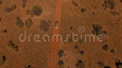 Vista aérea: suv com os povos que viajam na estrada no savana de Namíbia video estoque