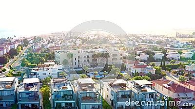 Vista ad alto angolo del villaggio di Pervolia Perivolia Distretto di Larnaca, Cipro stock footage