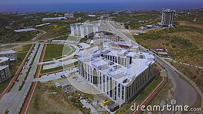 Vista aerea del campus universitario in mare blu, concetto di istruzione e architettura Arte Volante sopra il video d archivio