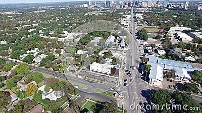 Vista aerea del firetruck che passa le automobili ad un'intersezione video d archivio