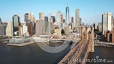 Vista aerea del ponte di Brooklyn a Manhattan a New York, America attraverso il East River nel giorno soleggiato stock footage