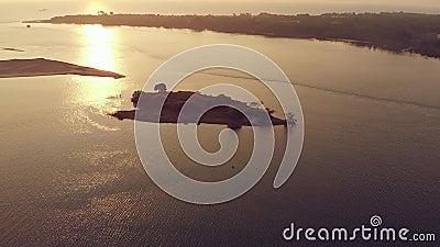 Vista aerea del tramonto sul litorale e sulla piccola isola di Goa archivi video