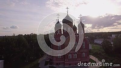 Vista aerea della cattedrale di ascensione nel villaggio di Lukino, Russia stock footage